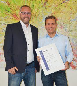 Claus Möhler (links im Bild), ISIS12 Berater der Applied Security GmbH aus Großwallstadt gratuliert Matthias Geis, Informationssicherheitsbeauftragter der Stadt Alzenau, zum erfolgreichen Abschluss des Prozesses